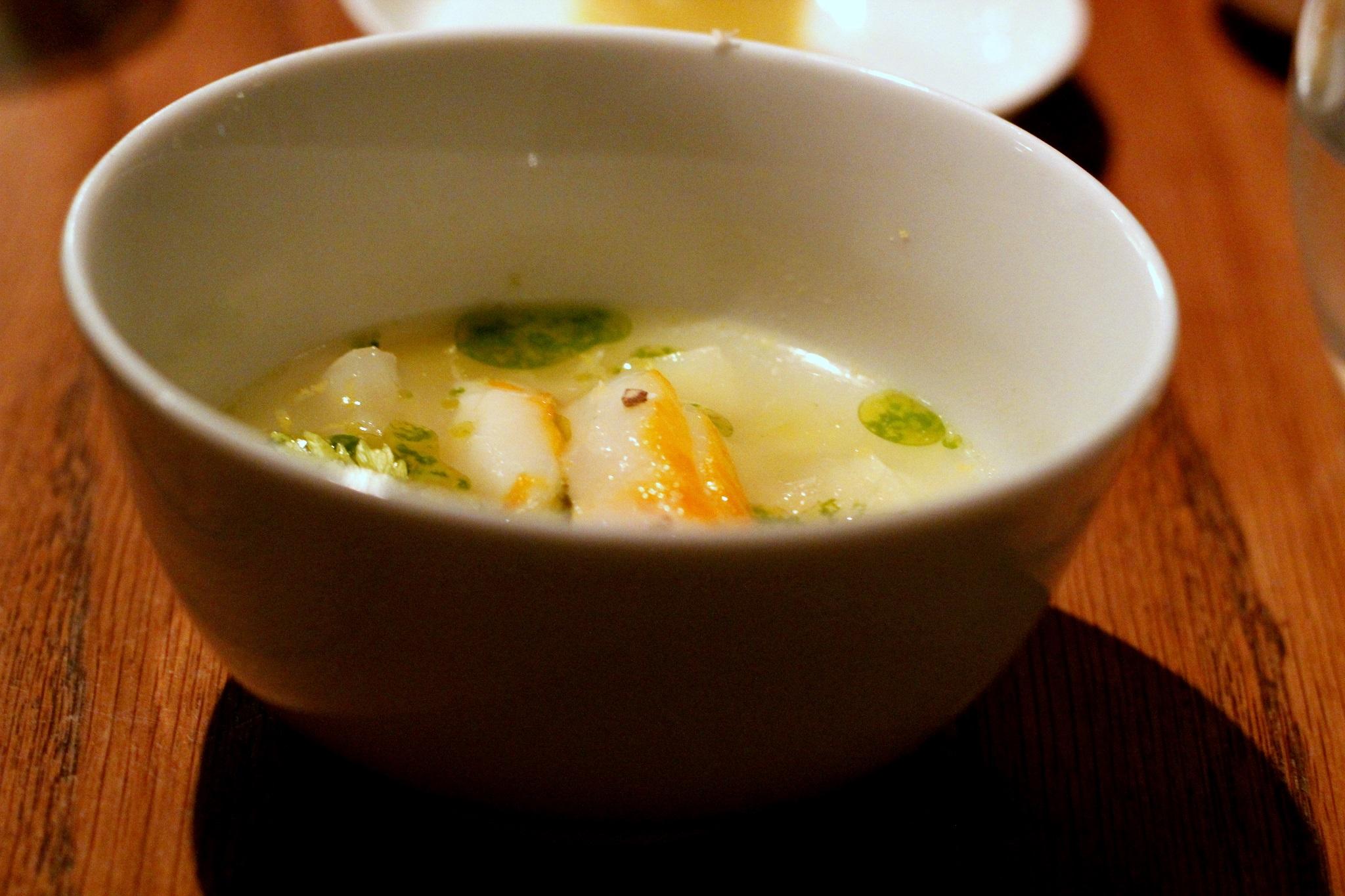 מרק ירקות זך ונהדר עם נתחים מעודנים של דג haddock , שהוא דג של מים מלוחים .