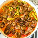 תבשיל של במיה עגבניות וקציצות