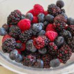 כתמים של צבע / גאלט של פירות יער וקרם שקדים